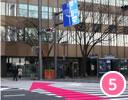 福岡銀行前の横断歩道を渡る